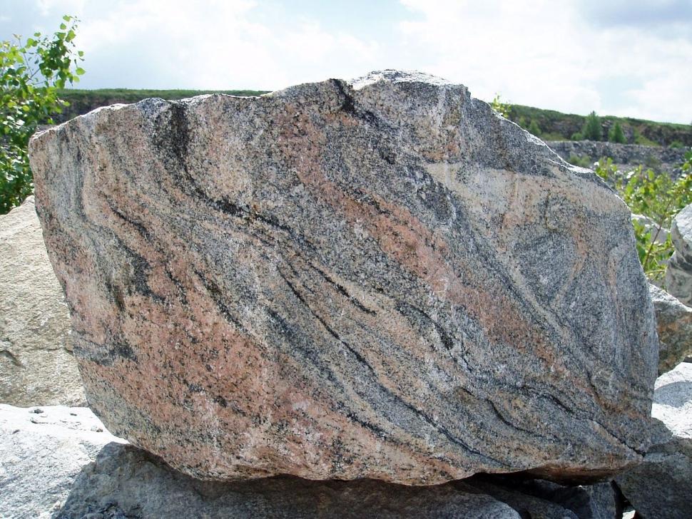 Гранитная порода - прочный водостойкий камень